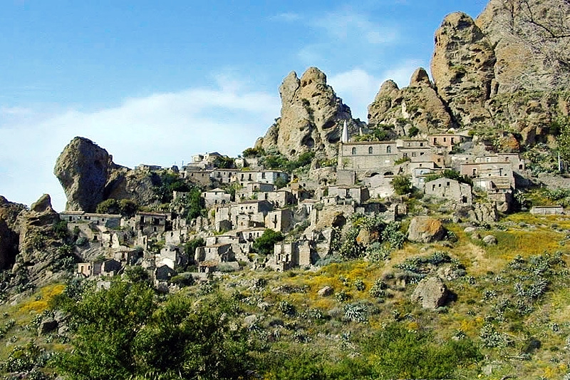 the history and sights of calabria Cosenza has a number of old and interesting sights including to some is one of the most important towns in calabria as far as art and history is.